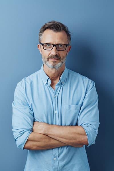 איש עסקים משלב ידיים